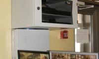 Источник бесперебойного питания, 2 монитора и 2 16-канальных видеорегистратора